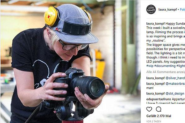 Laura Kampf mit Kamera