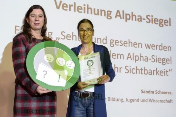 Verleihung durch Senatorin für Bildung, Jugend und Wissenschaft, Sandra Scheeres