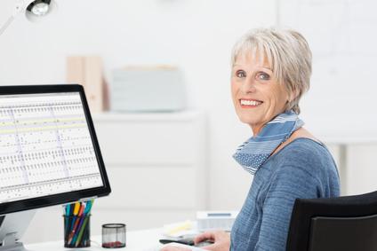 Frau vorm PC