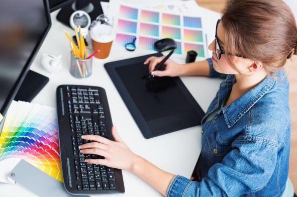 Junge Frau vorm Rechner