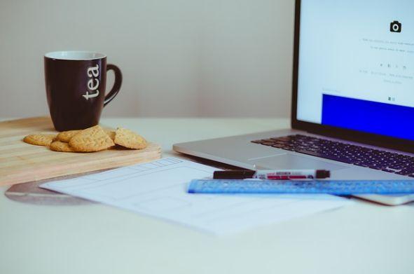 Arbeitsplatz mit Monitor