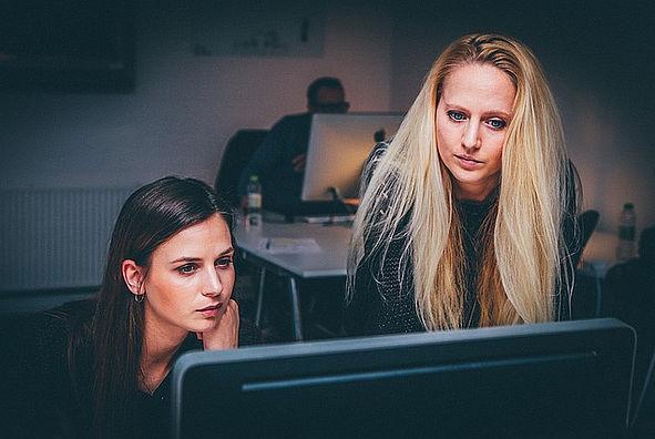 Zwei Frauen vorm Rechner