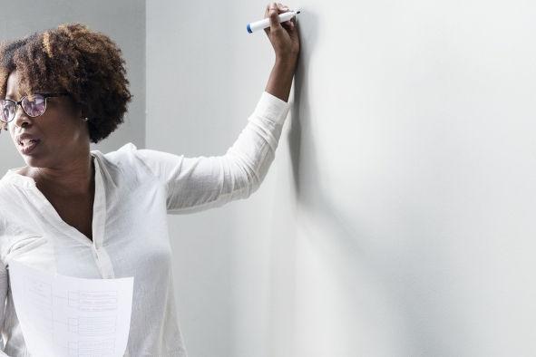 Lehrerin vor Whiteboard