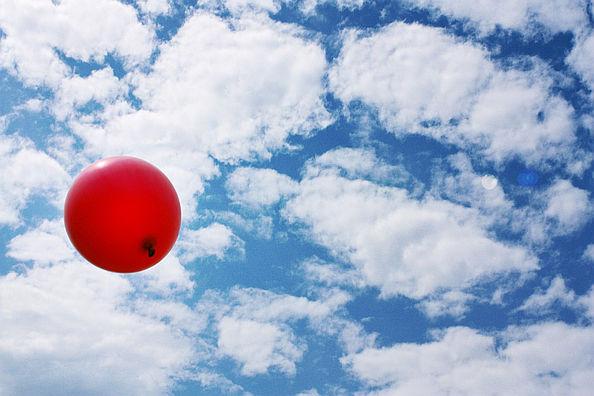 Roter Luftballon am Himmel