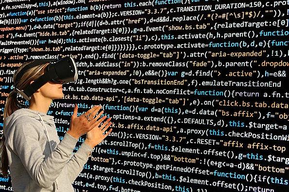 eine Frau mit Datenbrille